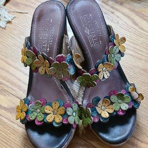 L'artiste Aura floral leather wedges